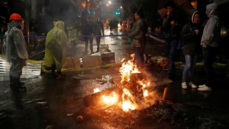 Manifestantes queman una barricada durante una protesta en La Paz (REUTERS/Carlos Garcia Rawlins)