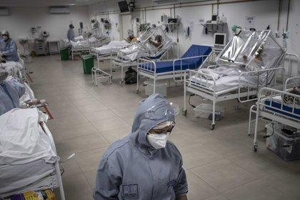 Una sala con pacientes en tratamiento de covid-19 en el Hospital Municipal de Campaña Gilberto Novaes, en la ciudad de Manaos, Amazonas. La preocupación por la propagación de la variante de Brasil. EFE