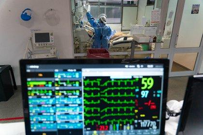 Los hospitales de varios países están colapsados por los rebrotes de COVID-19 (Foto: Franco Fafasuli)