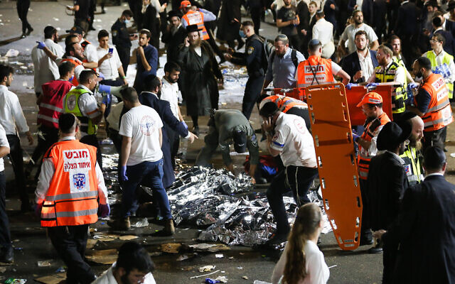 Las fuerzas de rescate y la policía israelíes cerca de una escena de muerte masiva durante una reunión que marcaba la festividad judía de Lag Baomer en el monte. Meron, en el norte de Israel el 30 de abril de 2021 (David Cohen / Flash90)