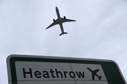 FOTO DE ARCHIVO: Un avión despega desde el aeropuerto de Heathrow en Londres, Reino Unido, el 4 de febrero de 2021. REUTERS/Toby Melville