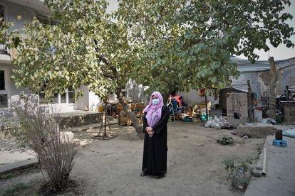 Zahra Farahmand sobre el terreno en el que han enterrado esculturas suyas y de su padre tras la llegada de los talibanes