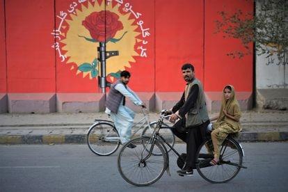 Mural contra la proliferación de armas en Kabul realizado por el grupo ArtLords.